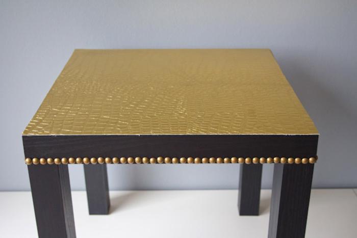 une table ikea basique personnalisée aux accents dorés, comment customiser un meuble ikea d'une manière sublime