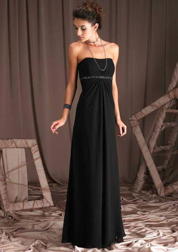 robe bustier fluiden collier élégant, coiffure chignon, bracelet statement