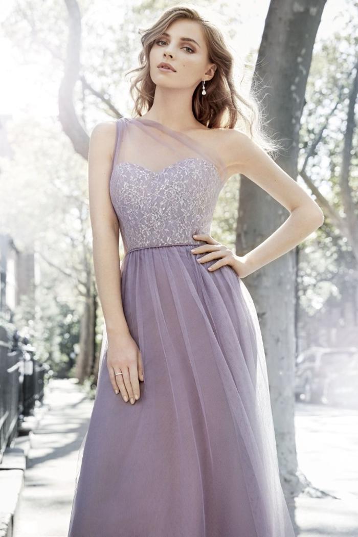 l'épaule asymétrique est une des grandes tendances dans les robes de filles d'honneur