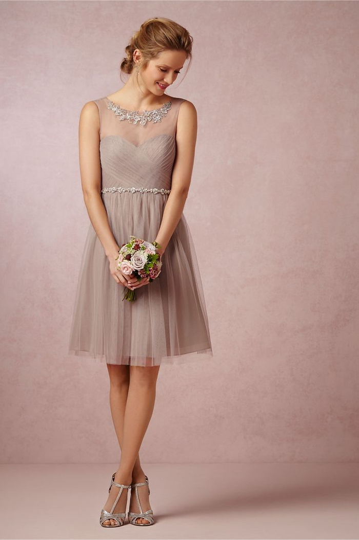 une robe demoiselle d'honneur tutu en rose cendré qui joue sur l'effet transparent