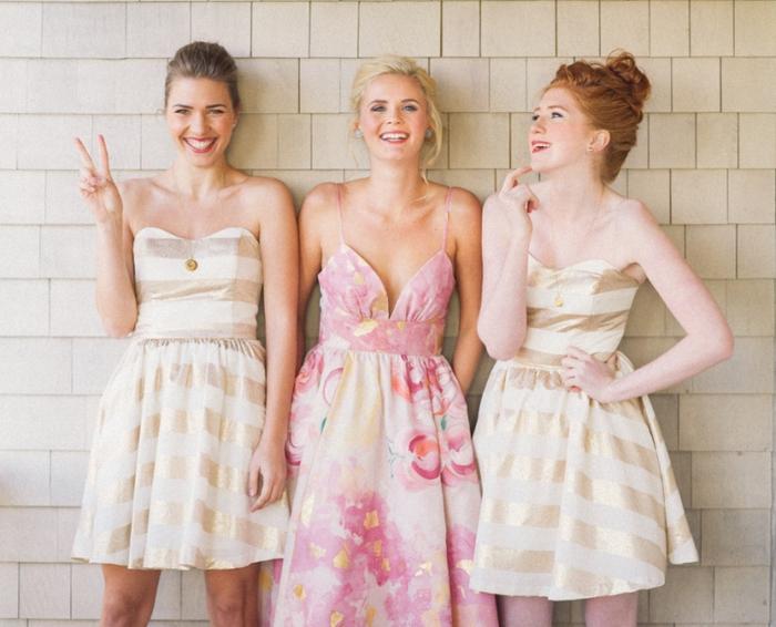 de petites robes bustier à rayures dorées en parfaite harmonie avec la robe imprimé de la mariée