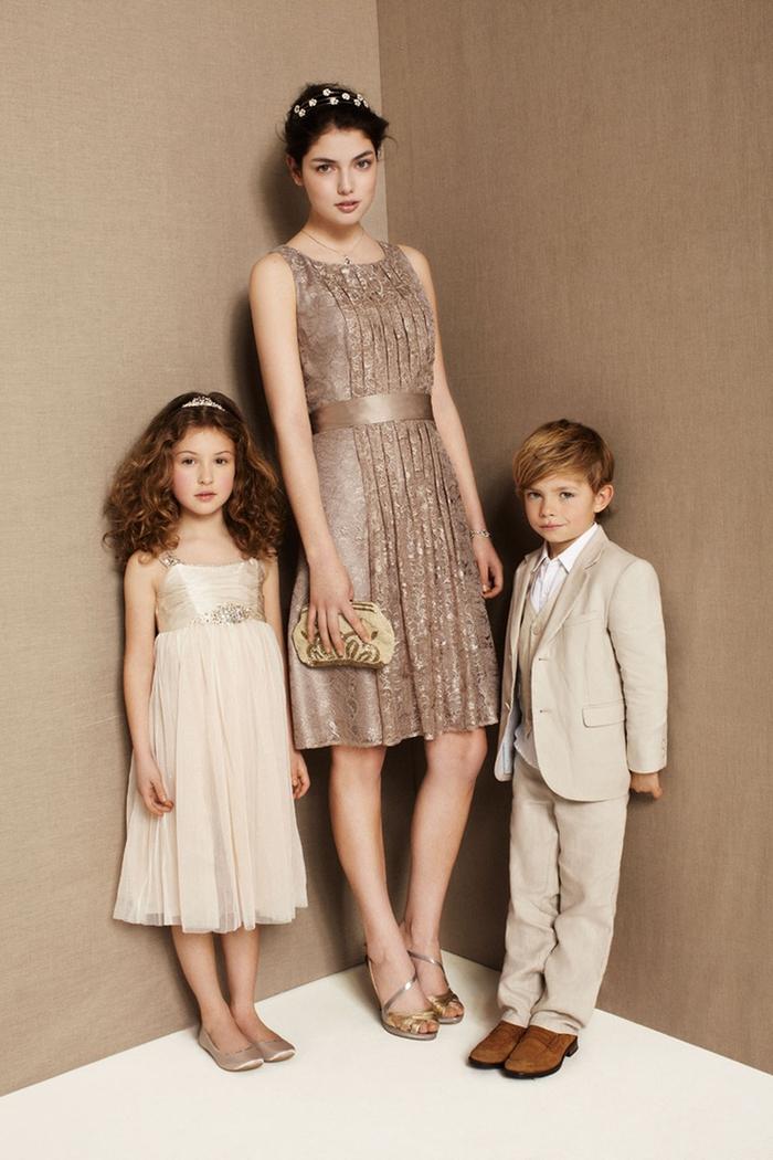 idée pour une jolie robe demoiselle d'honneur fille scintillante en beige doré et à coupe droite