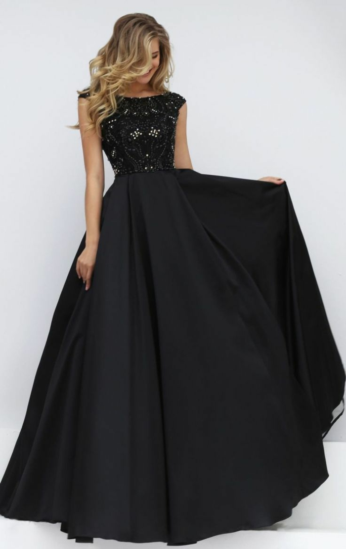 robe dentelle, robe noire avec jupe longue cloche, partie haute dentelle