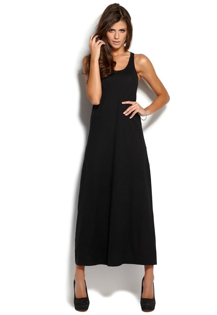 robe fluide, escarpins noirs, robe trapèze, cheveux longs couleur chataîns