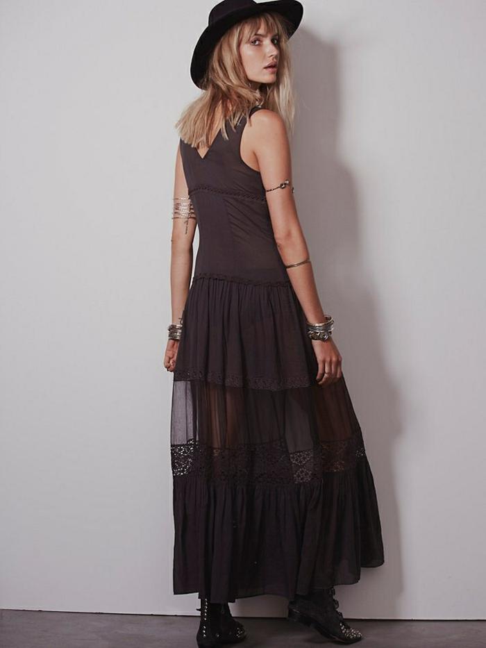 robe fluide étagée, chapeau feutre, bracelets, tenue style boho chic en noir