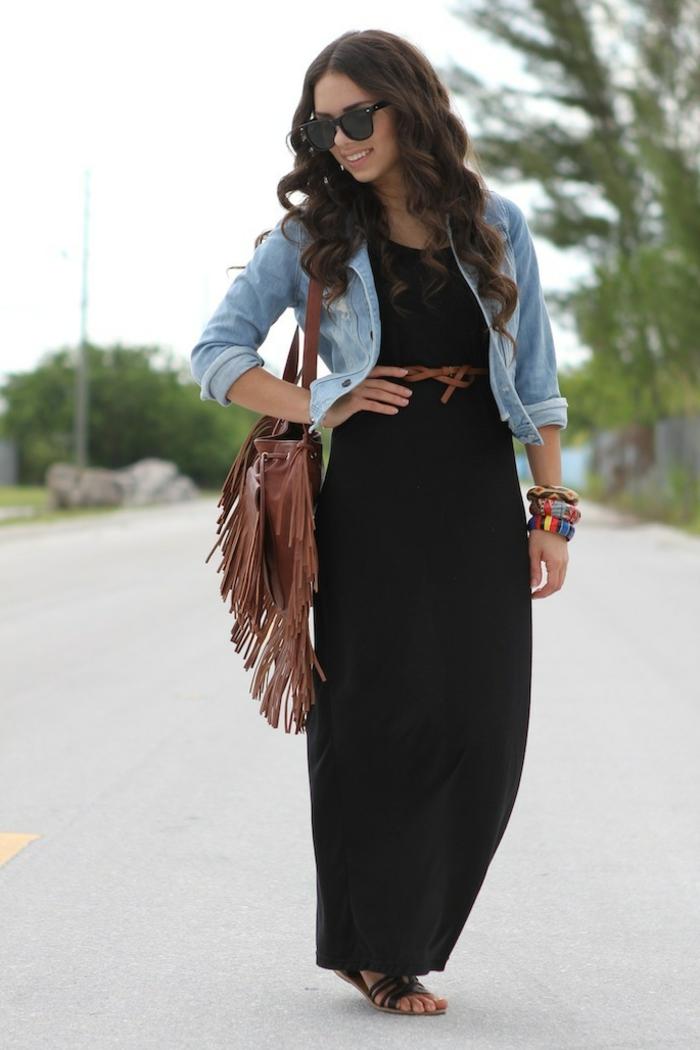 robe longue été, sac boho cuir marron, veste en denim, tenue boho chic