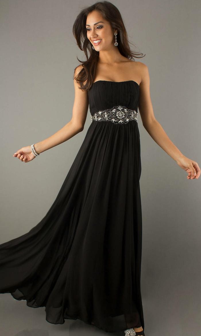 robe longue fluide, robe évasée et ceinture argentée, robe bustier, boucles d'oreilles pendantes