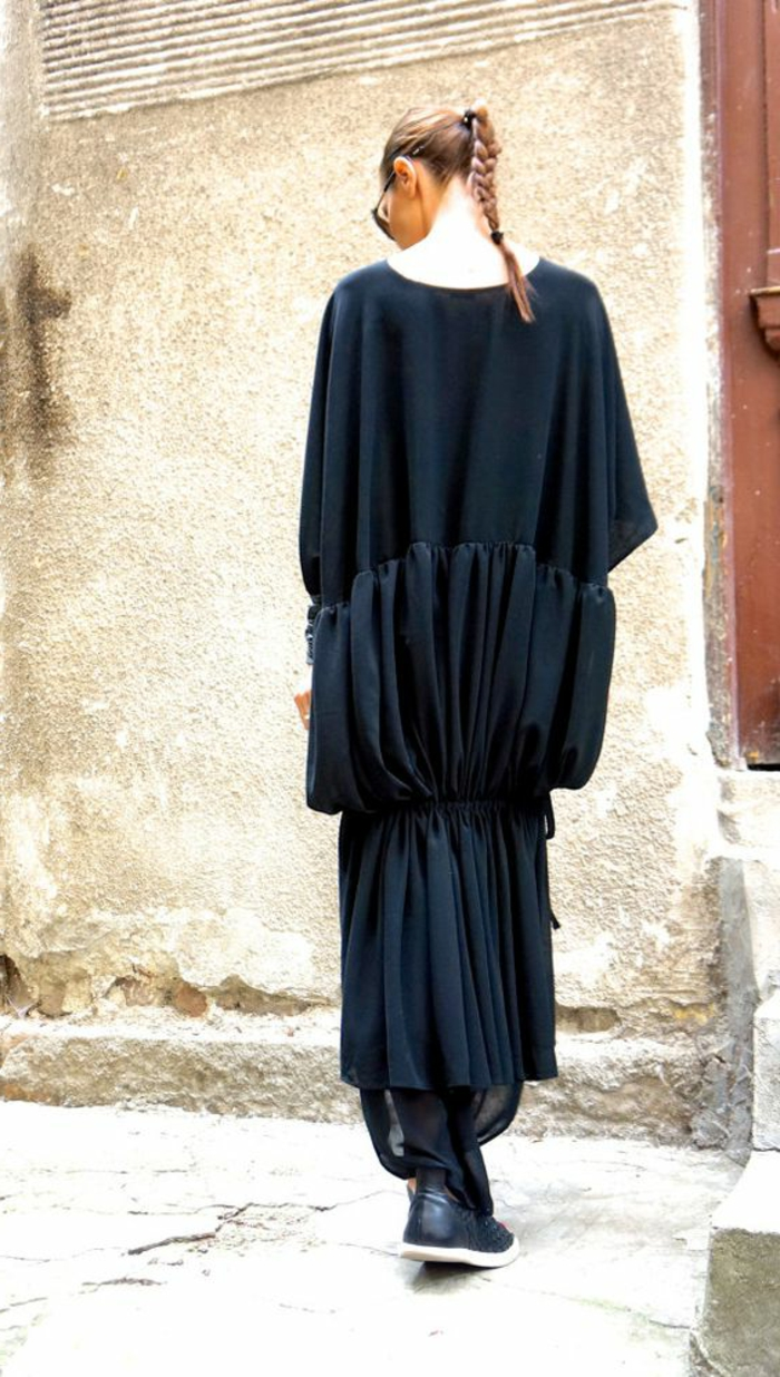 robe longue fluide, sneakers noirs, queue de cheval tressé, design de robe fashion