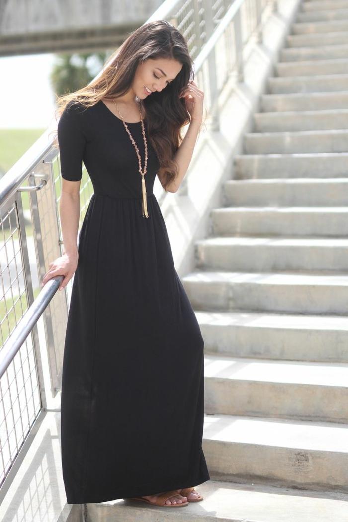 robe longue fluide, collier avec pendentif frange, cheveux longs, silhouette sablier
