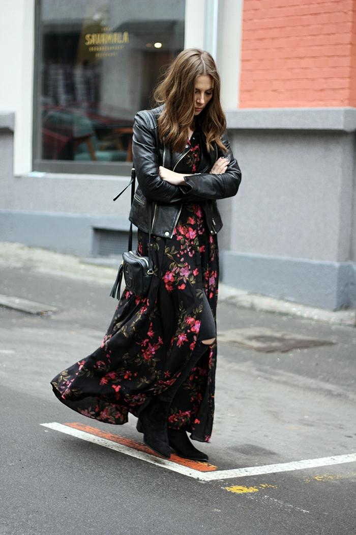 robe longue imprimés fleurs, tenue boho chicn robe longue à fleurs rouges, veste en cuir