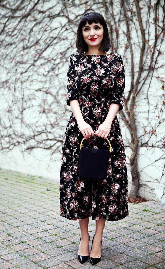 robe longue imprimés fleurs, escarpins en laque noire, petit sac portée main