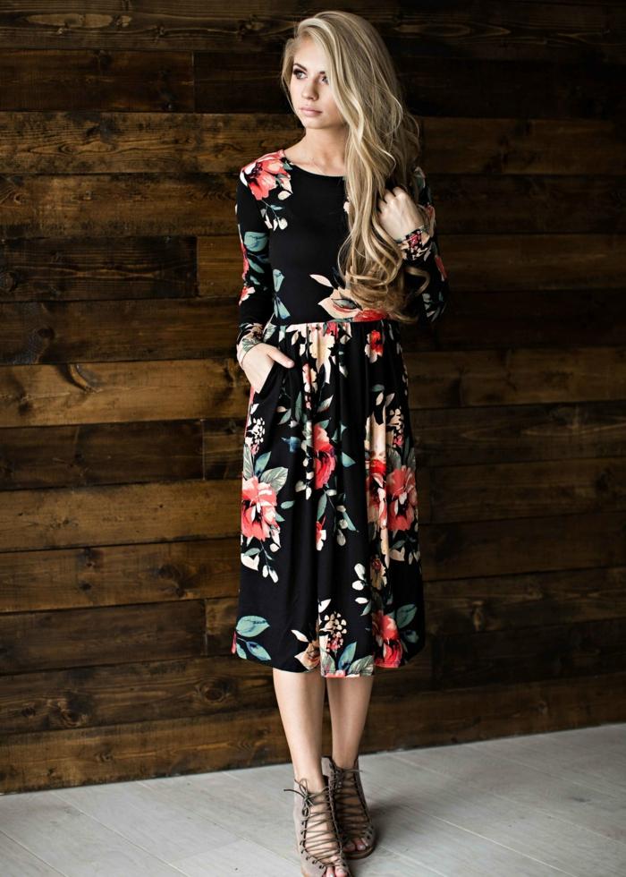 robe longue imprimés fleurs, fleurs épanouies sur une robe évasée, bottes beiges