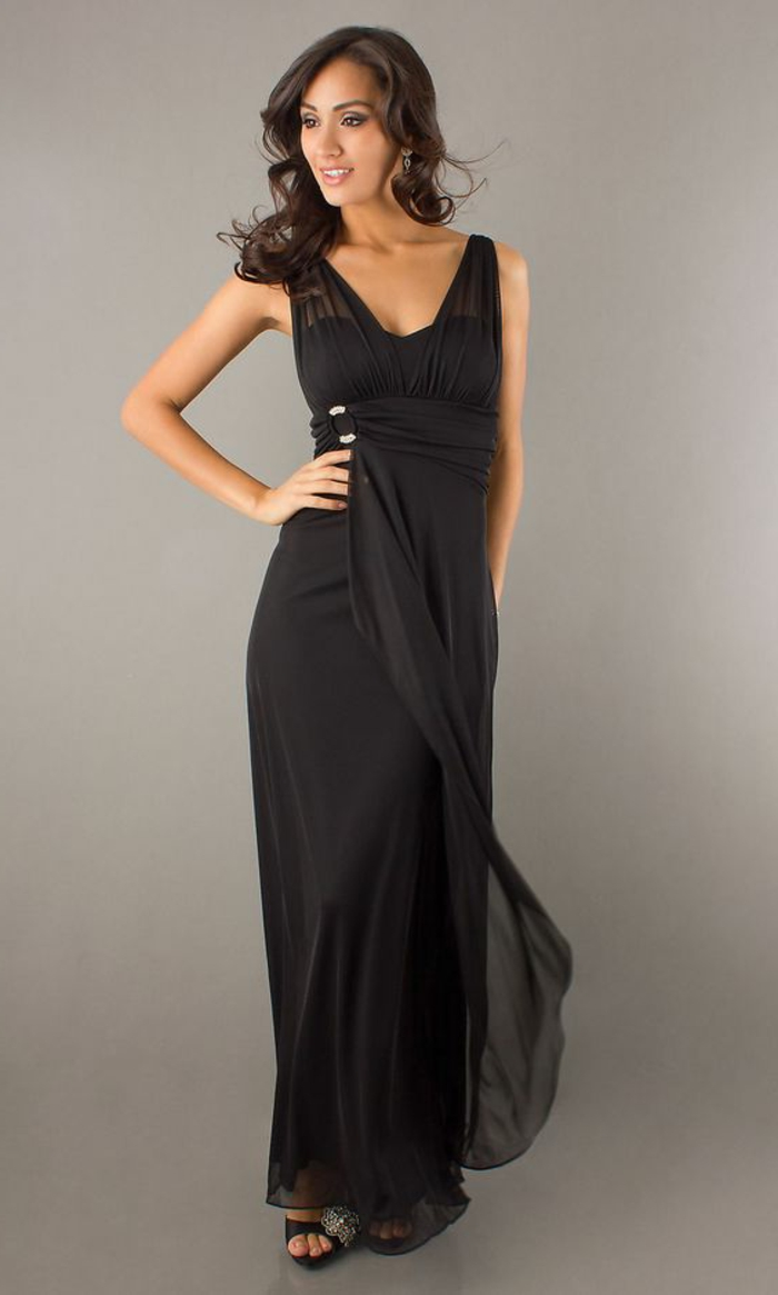 robe longue noire, cheveux couleur chataîn, décolleté triangulaire
