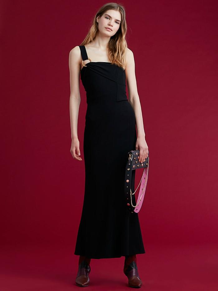 robe longue noire, robe avec une bretelle, silhouette sirène, petit sac à main