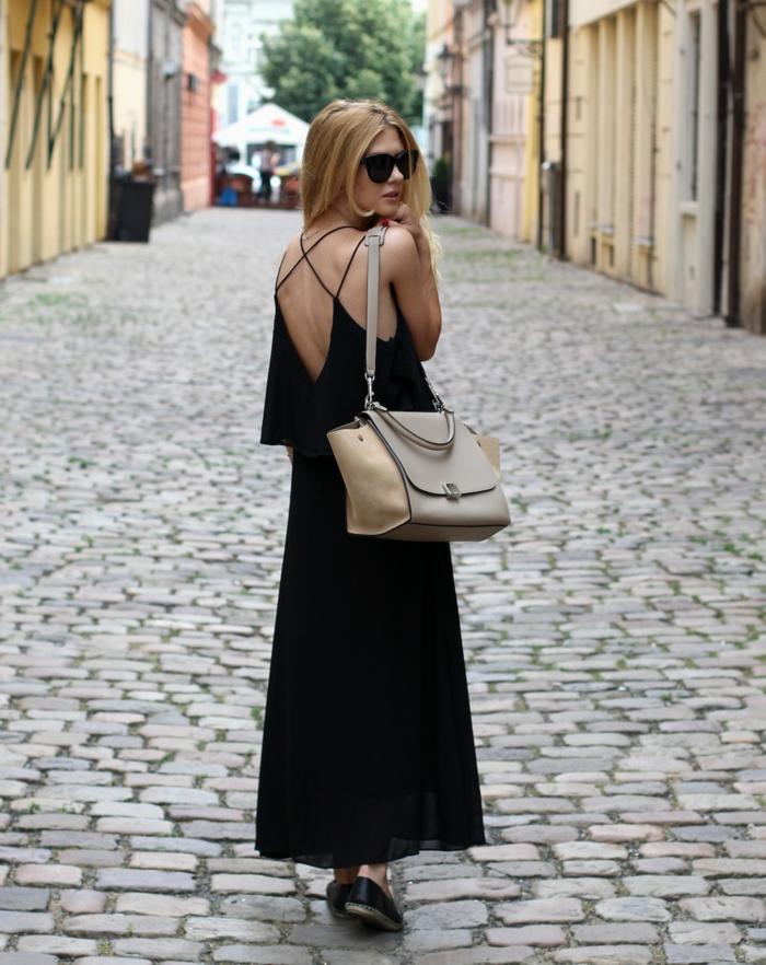 robe longue noire, dos nu avec betelles, sac portée épaule beige, lunettes