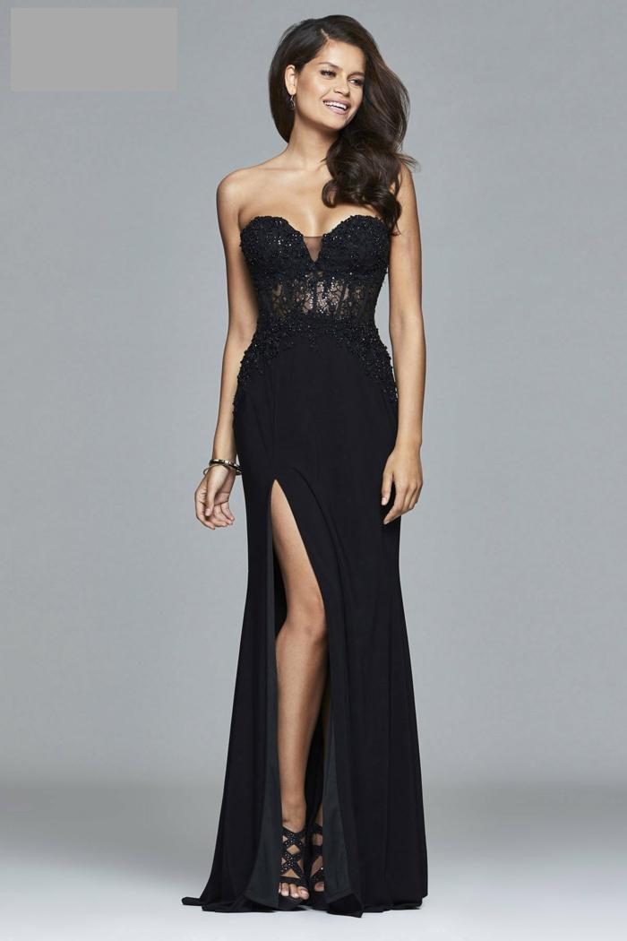 robe longue noire, robe fendue style officiel, sandales noires lacets croisés