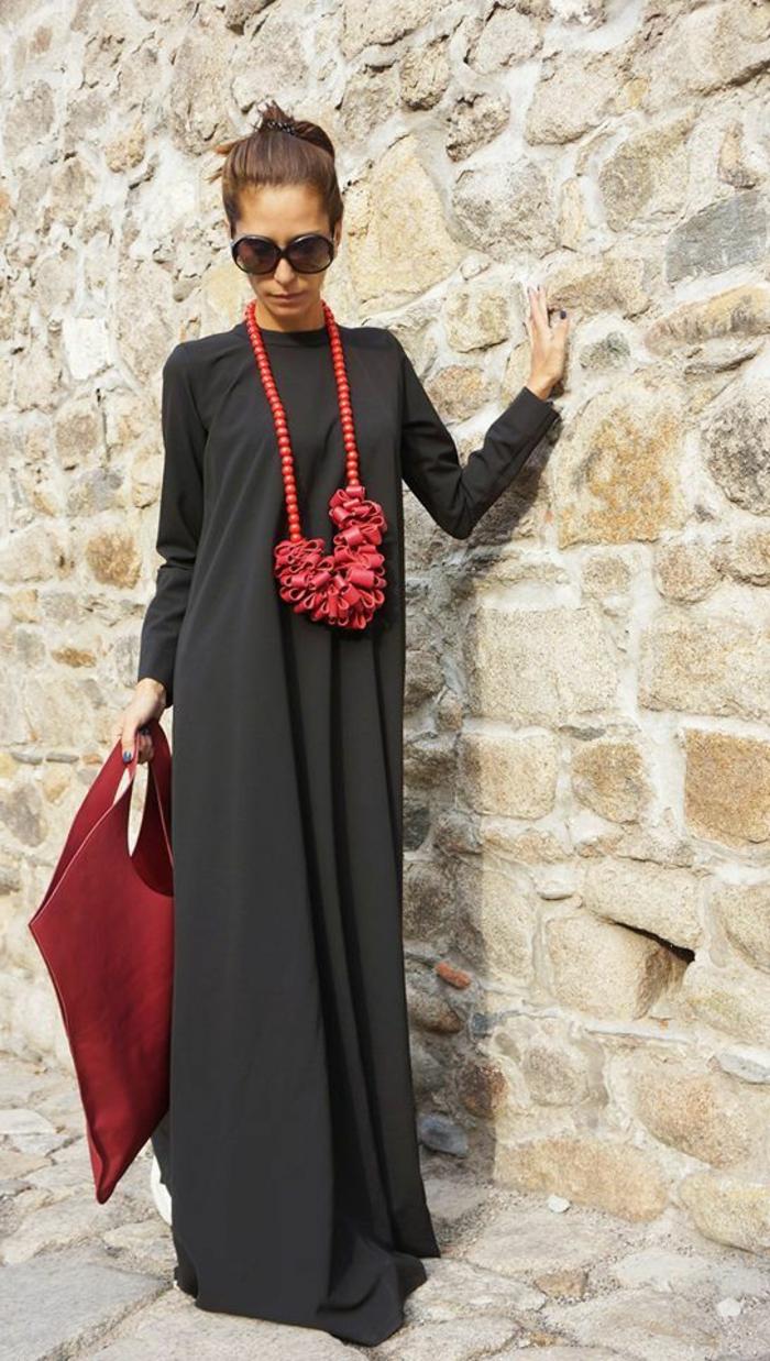 robe manches longues, collier massif rouge, lunettes de soleil, sac enveloppe asymétrique