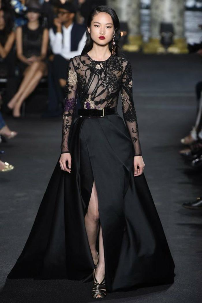 robe manches longues, ceinture noire, partie haute en dentelle, jupe fendue