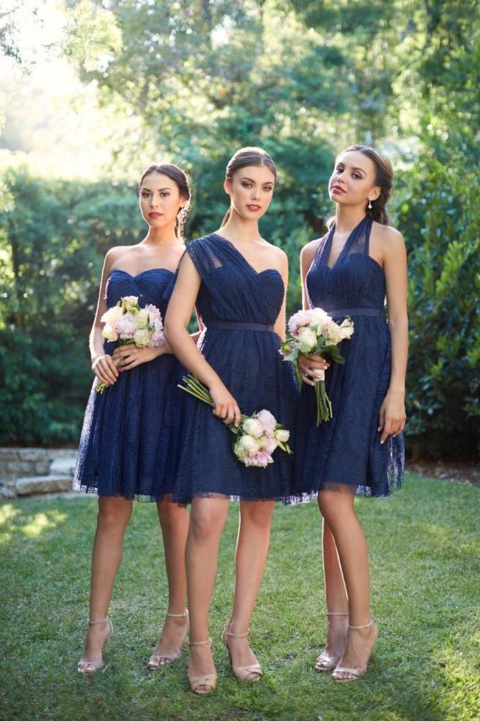de petiter robes bustier en bleu marine à épaules asymétriques en dentelle, filles d'honneur en robes courtes identiques