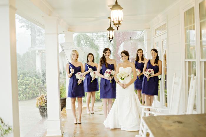 cortège nuptial en robes courte violettes à épaule asymétrique