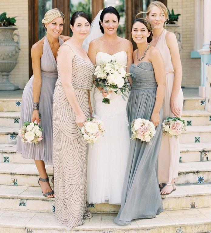 des robes de cérémonie de mariage dépareillées aux nuances neutres