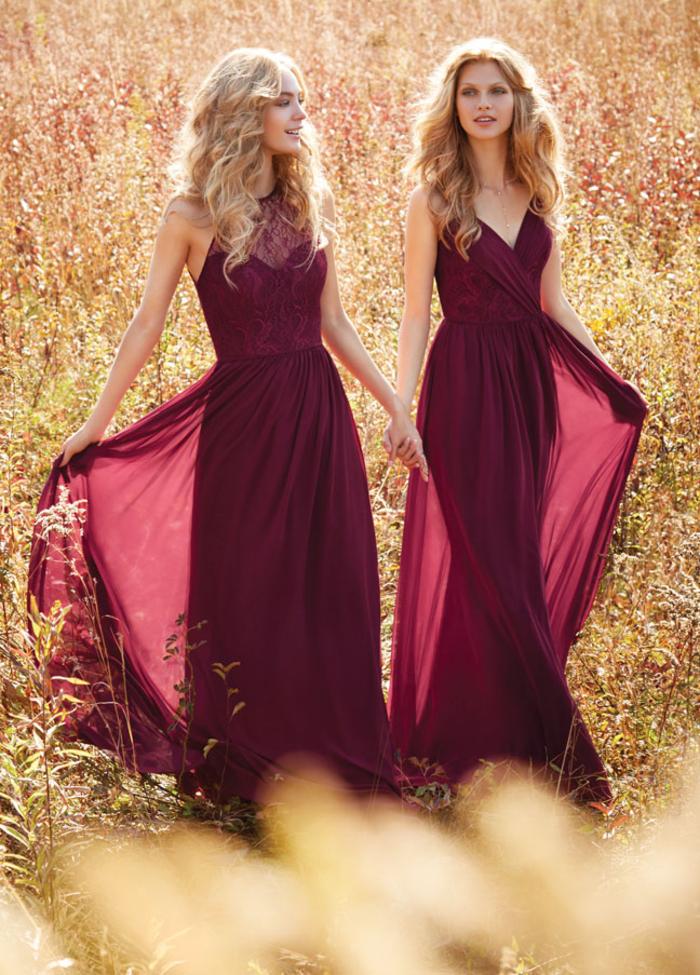 un mariage d'automne avec un cortège nuptial vêtu en robes fluides couleur bordeaux