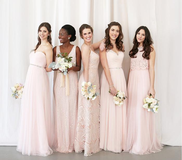 des modèles de robes demoiselles d'honneur différents aux nuances de rose poudré