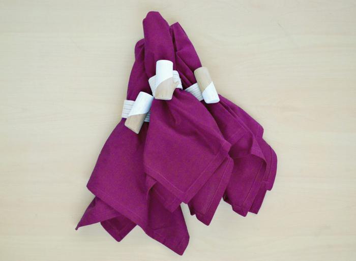 un tuto facile pour réaliser des ronds de serviettes en tubes de papier toilette, bois et ficelle