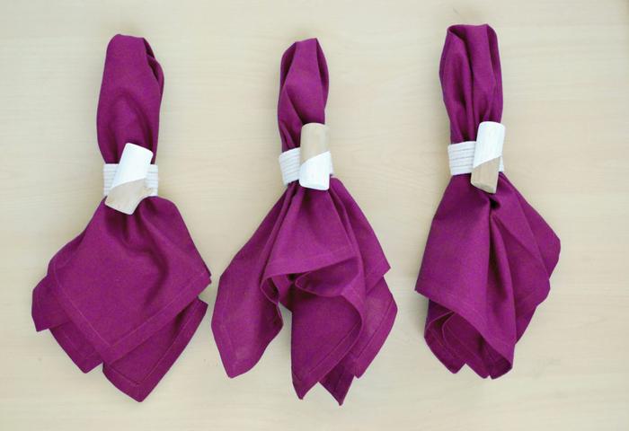 un bricolage en papier pour fabriquer des accessoires utiles, des ronds de serviette originaux en bois, carton et ficelle