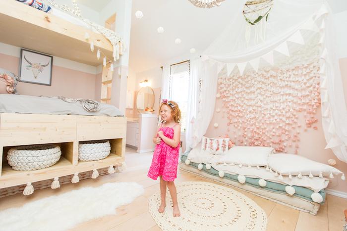 peinture rose, guirlande diy en triangles et boules blancs, chambre de fille aux murs blanc et rose pâle