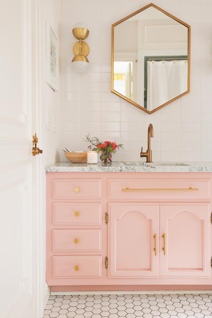 astuces pour aménager la salle de bain moderne, pièce aux murs blancs et meubles en rose pastel