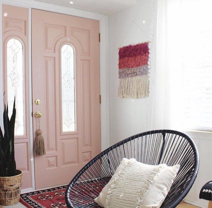 comment aménager le hall d'entrée, porte d'entrée peinte en rose pastel, pot en fibre végétale