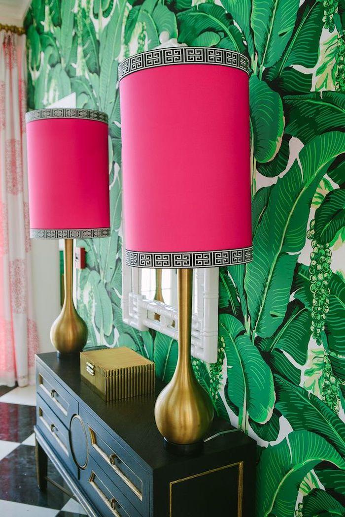 decoration interieur, aménagement couloir aux imprimés tropicaux, lampe de chevet cuivrée avec déco framboise