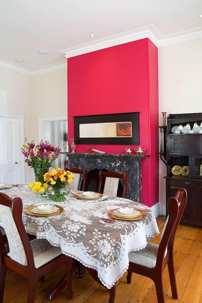 peinture murale, salle à manger avec table et chaise en bois foncé, cheminée en gris foncé