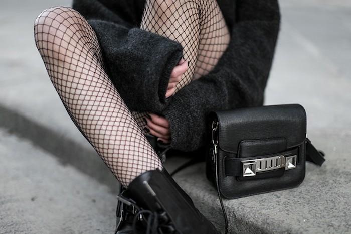 tenue rock, collants à carreaux noirs avec bottines en cuir, manteau moelleux en noir pour femme