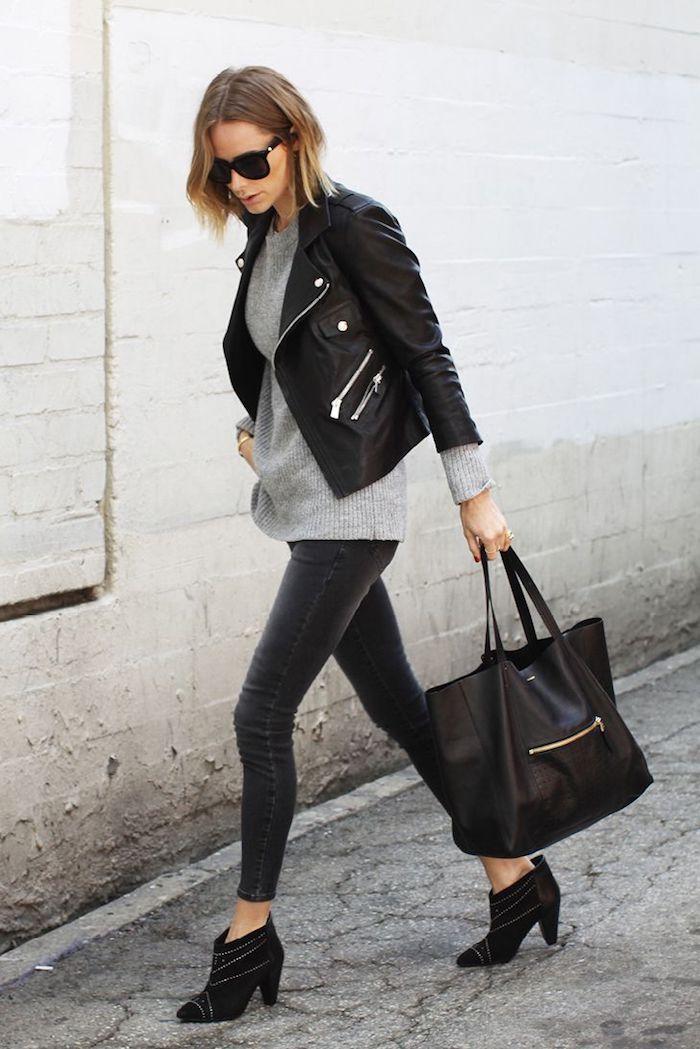 veste en cuir femme, pull over gris avec paire de jeans foncés slim, bottines noirs avec studs