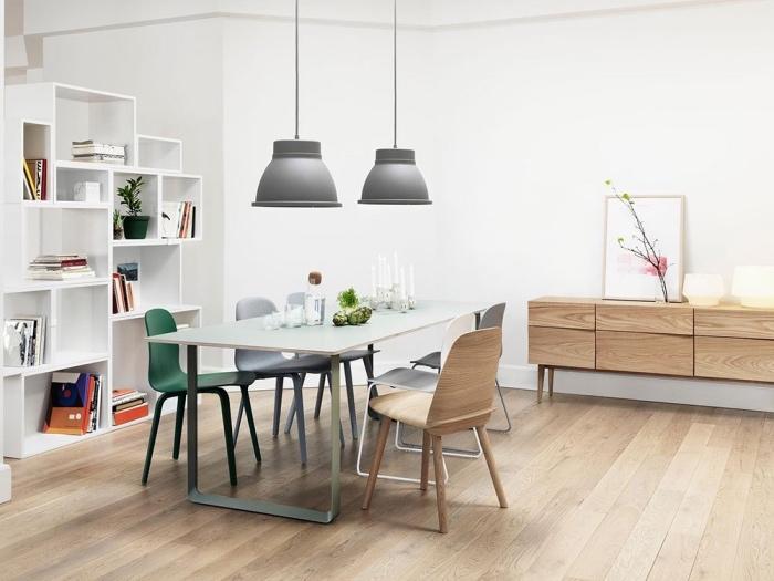 salle à manger inspiration scandinave, parquet clair, table vert menthe, chaises bois, gris, vert, suspensions grises, étagères blanches, meuble tv en bois