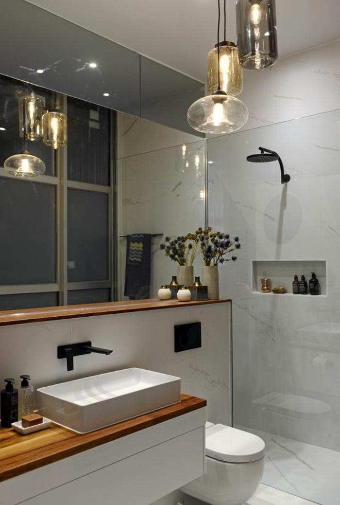 salle de bain cocooning, décoration d'espace minimaliste, lampes suspendues, carelage gris clair