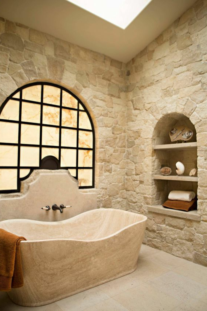 salle de bain cocooning, parement mural pierres, niches murales, baignoire blanche