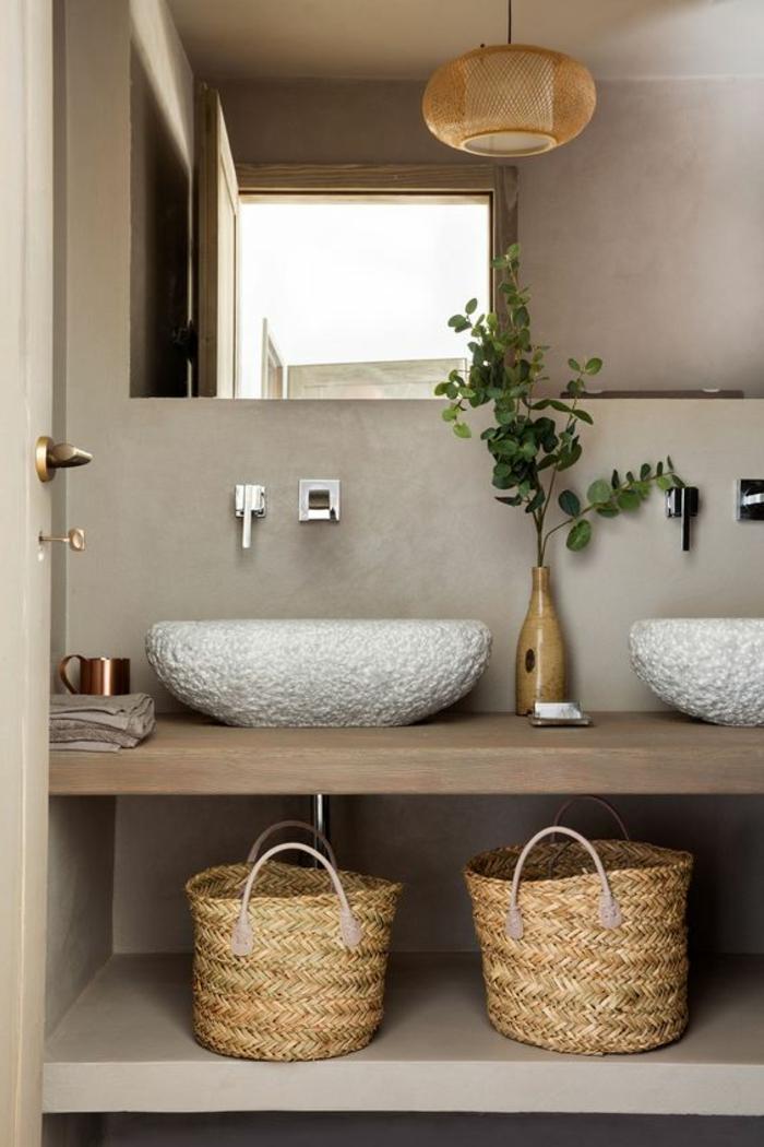 salle de bain cocooning, paniers tressés, vasques en pierre blanche, comptoir en bois, murs en béton