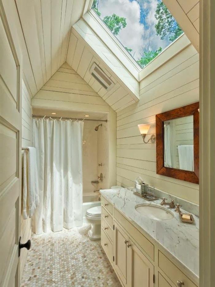 salle de bain cocooning, lambris mural bois blanchi, grande fenêtre de toit, miroir encadré de bois fioncé