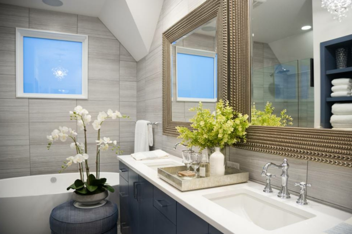 salle de bain nature, orchidée en pot, miroir élégant, vasque blanche et robinetterie vintage