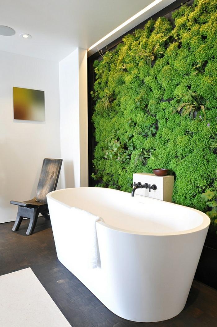 salle de bain nature, grande baignoire blanche et chaise, mur vertical au-dessus de l baignoire