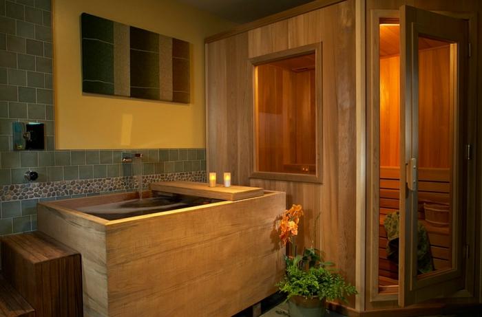salle de bain nature, style japonais, petite cabine spa en bois, mur jaune et carrelage gris