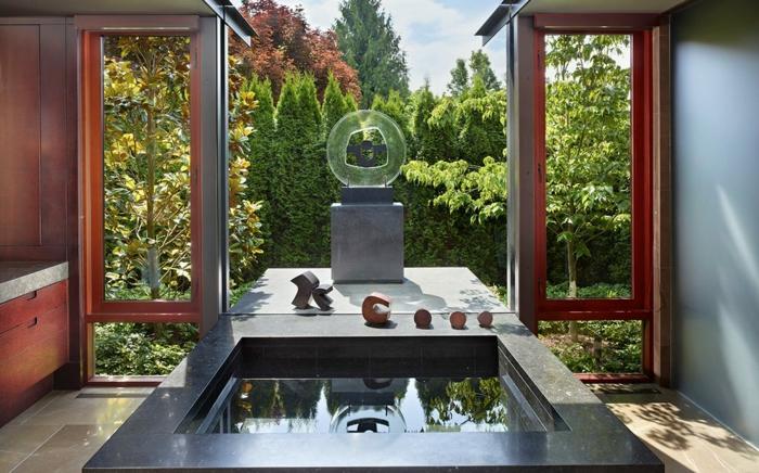 salle de bain zen, vue magnifique et baignoire centrale noire, espace relax style japonais