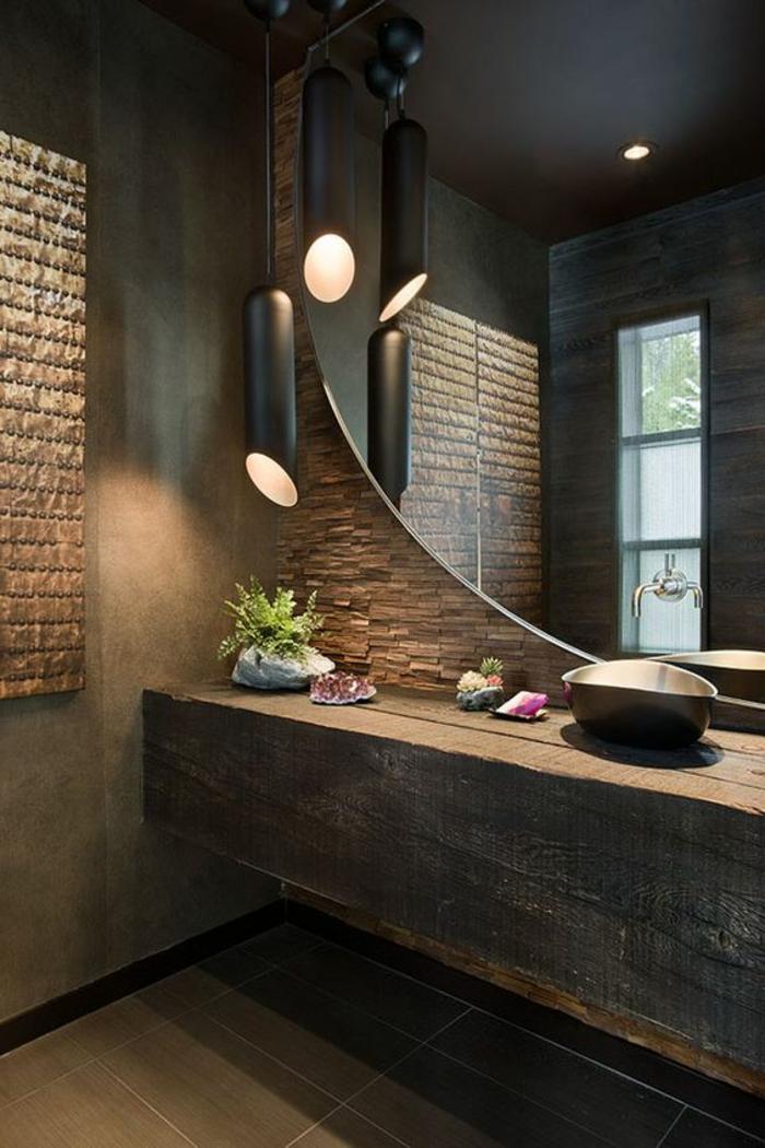 salle de bain zen, comptoir en bois brut, grand miroir mural forme ronde, lampe cylindrique