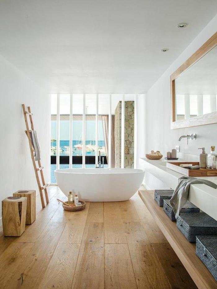 salle de bain zen, baignoire à poser, murs blancs, comptoir blanc, miroir long à l'encadrement bois
