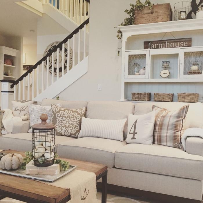 salon blanc et beige aux accents gris, idée comment décorer un salon deco campagne chic, canapé gris, table basse bois et metal