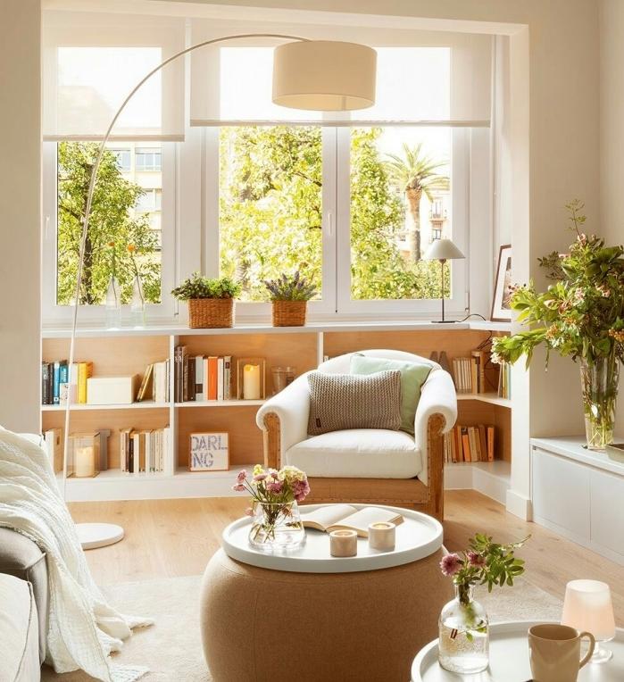 salon blanc et beige avec parquet clair, chaise et table basse beige design, parquet clair, canapé et meuble tv blancs, mur blanc cassé