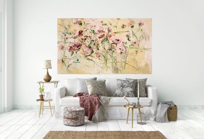 modele de salon blanc et beige, canapé, couleur mur et parquet blanc, tapis et panier beige, coussins gris et blanc, cadre peinture fleurs rose sur un fond beige